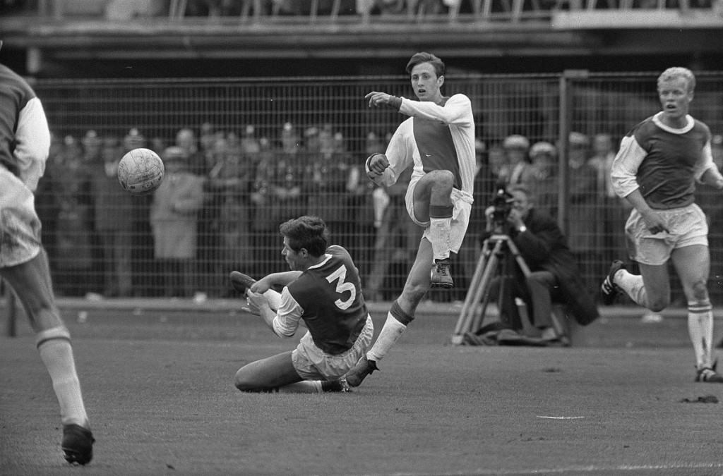 Johan Cruyff playing for his former team, Ajax | © ANEFO / WikiCommons