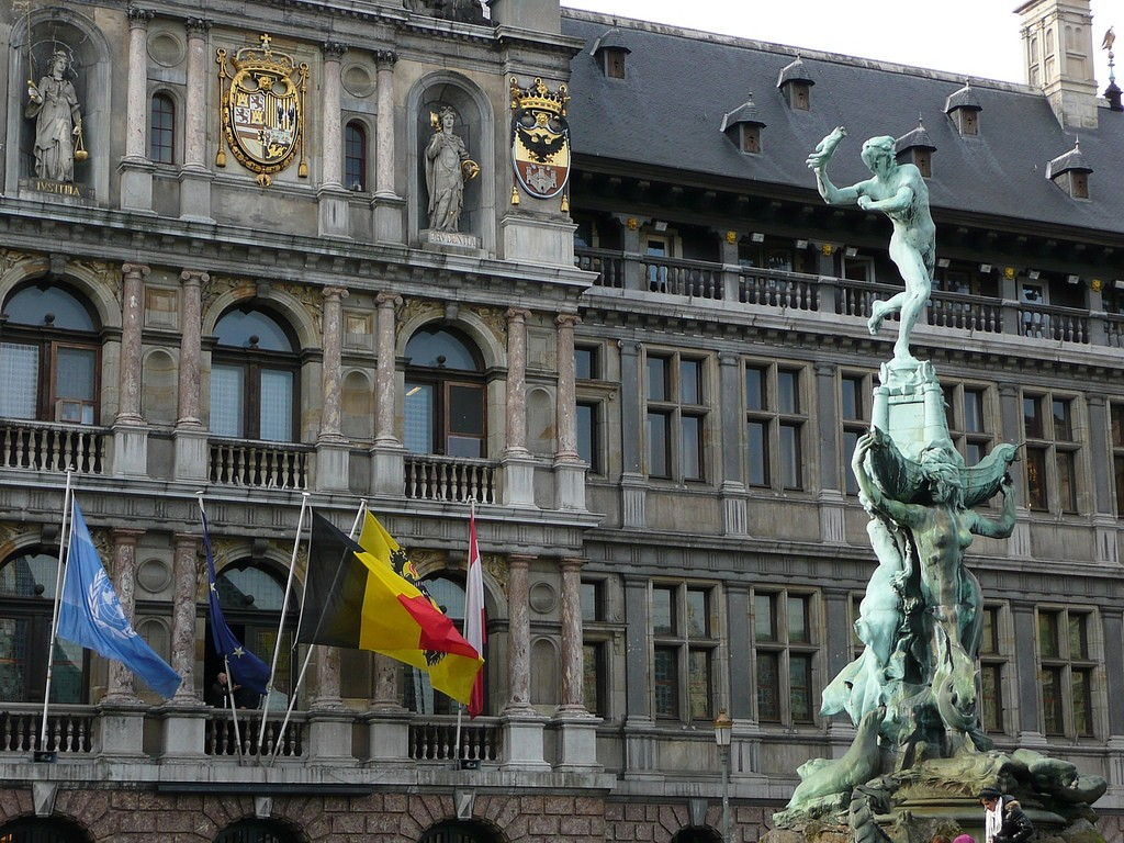 The statue of brave young Brabo in front of City Hall, throwing the giant's hand into the Schelde | © Metro Centric/Flickr