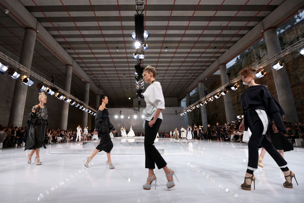 A model walks the runway at the Mercedes-Benz Presents Maticevski show at Mercedes-Benz Fashion Week Resort 17 Collections at The Cutaway, Barangaroo Reserve in Sydney, Australia. | © Caroline McCredie/Getty Images