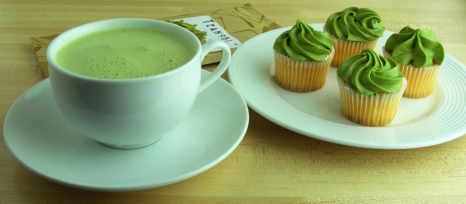 Matcha Latte and Cupcakes with Matcha Frosting | © Kirinohana/Flickr