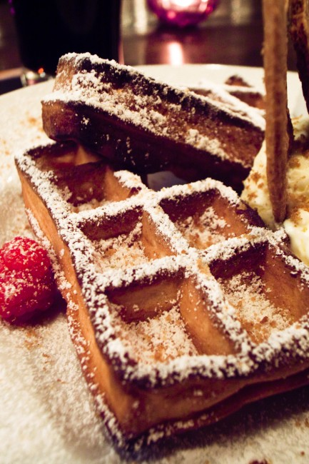A local Brussels waffle with powdered sugar and a strawberry on the side | © Cipher/Flickr