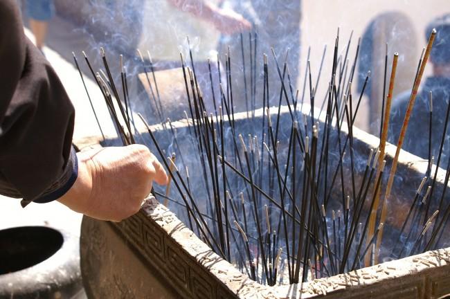 Burning Incense Sticks | © David Wilmot/WikiCommons