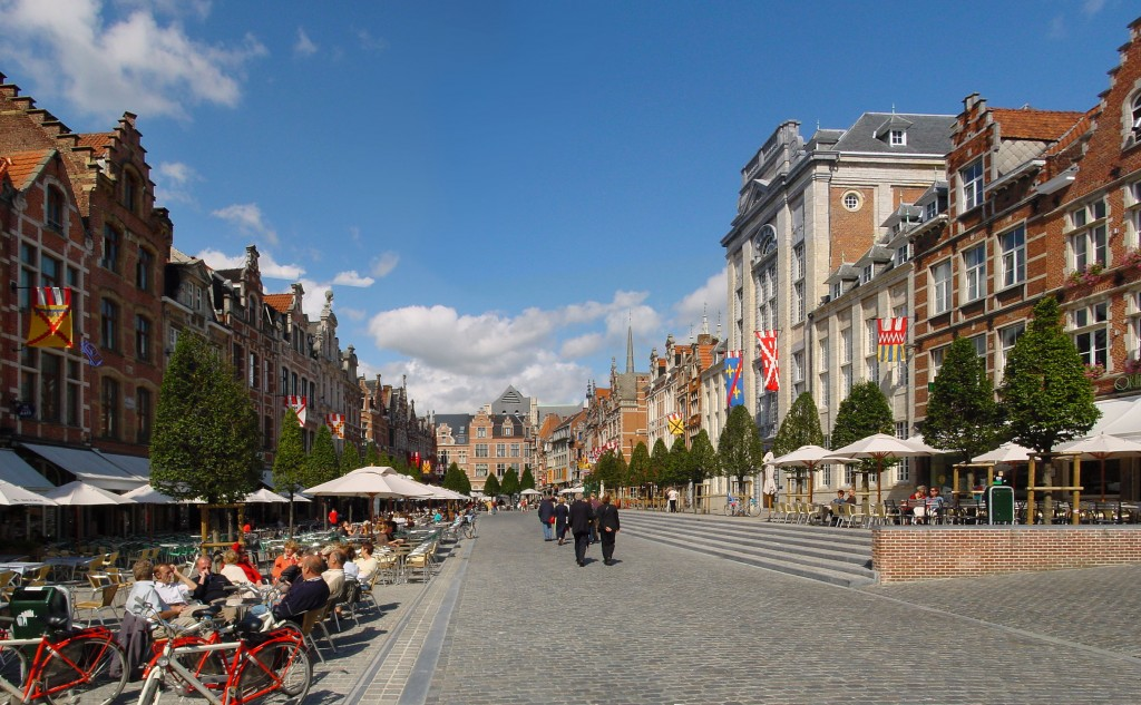 Leuven's Oude Markt, 'the longest bar in the world' | © Wouter Hagens/Wikimedia Commons
