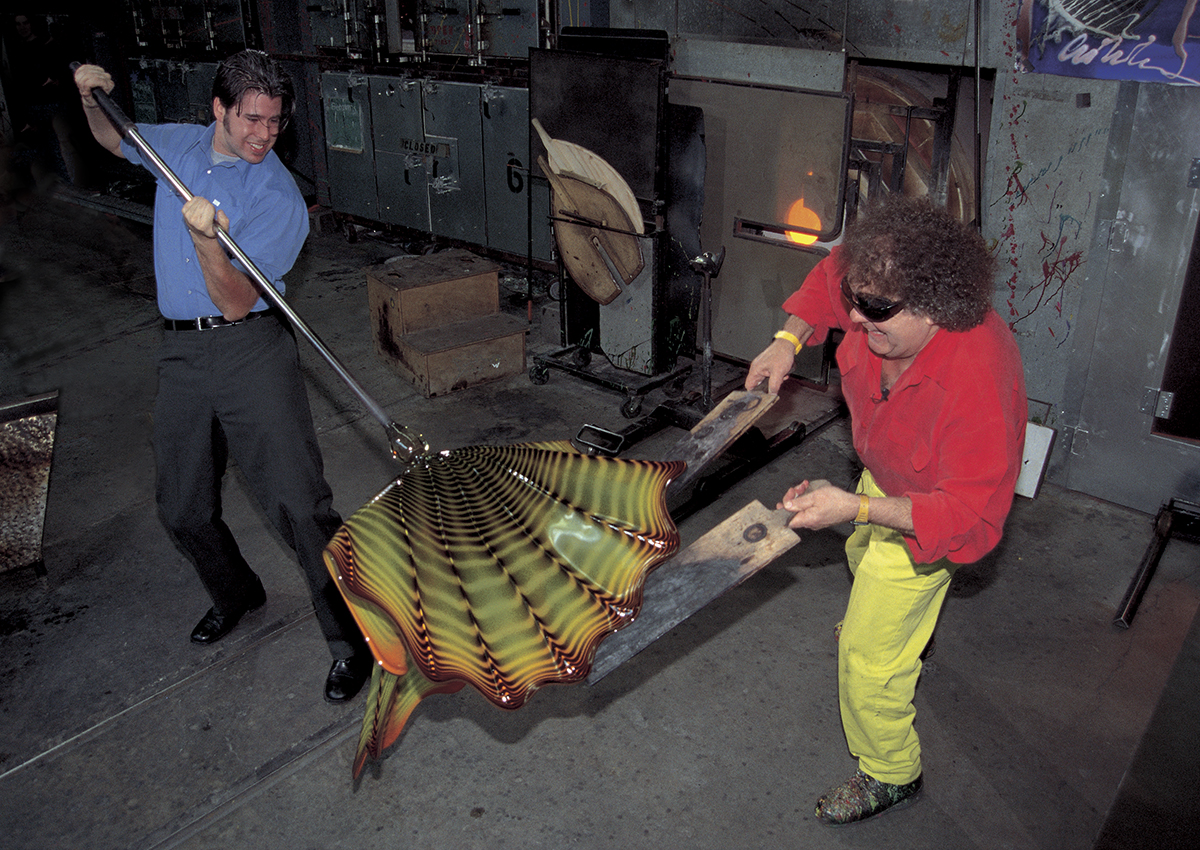 James Mongrain and Chihuly, The Boathouse Hotshop, Seattle, 2000 | © 2000 CHIHULY STUDIO. ALL RIGHTS RESERVED, Courtesy of The ROM.
