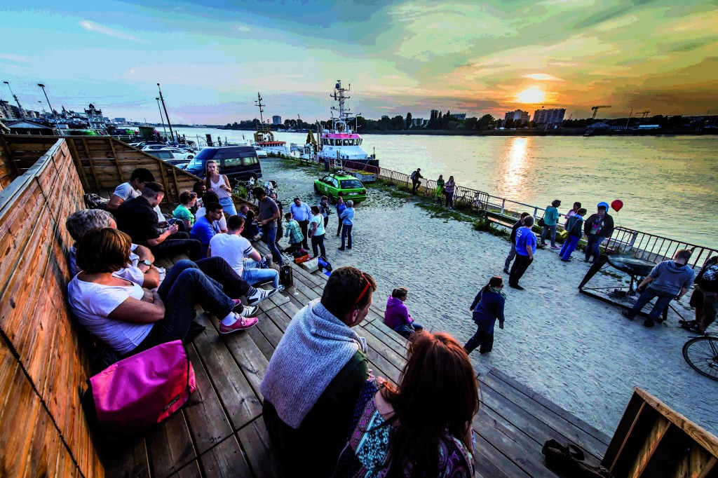 Sunset during the Summer of Antwerp festival | © Sigrid Spinnox, courtesy of Zomer van Antwerpen