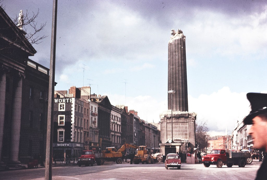 Nelson's Pillar, half demolished | © National Library of Ireland/Flickr