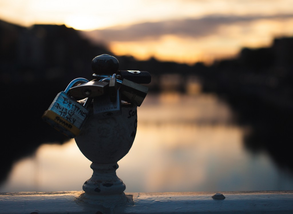 On the Ha'Penny Bridge at sunset | © Tobias Abel/Flickr
