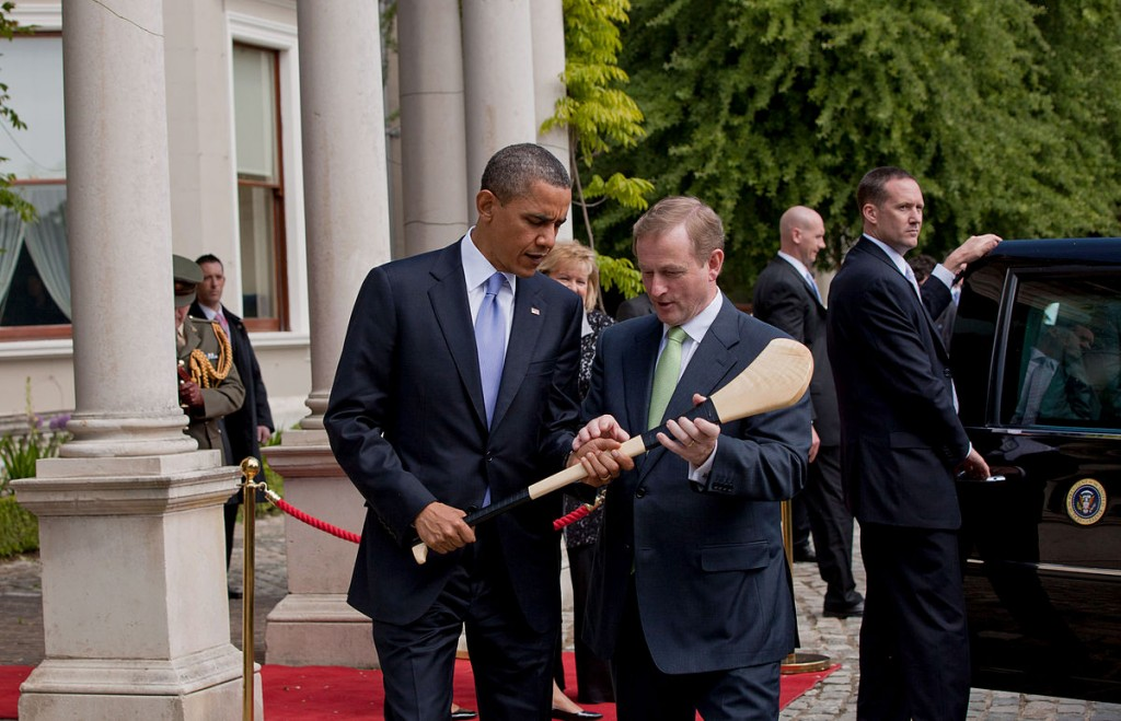 Barack Obama accepting a hurley from Taoiseach Enda Kenny | © Pete Souza/WikiCommons