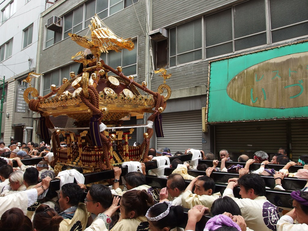 A typical mikoshi procession, this one at Hanazono | © Guilhem Vellut/Flickr