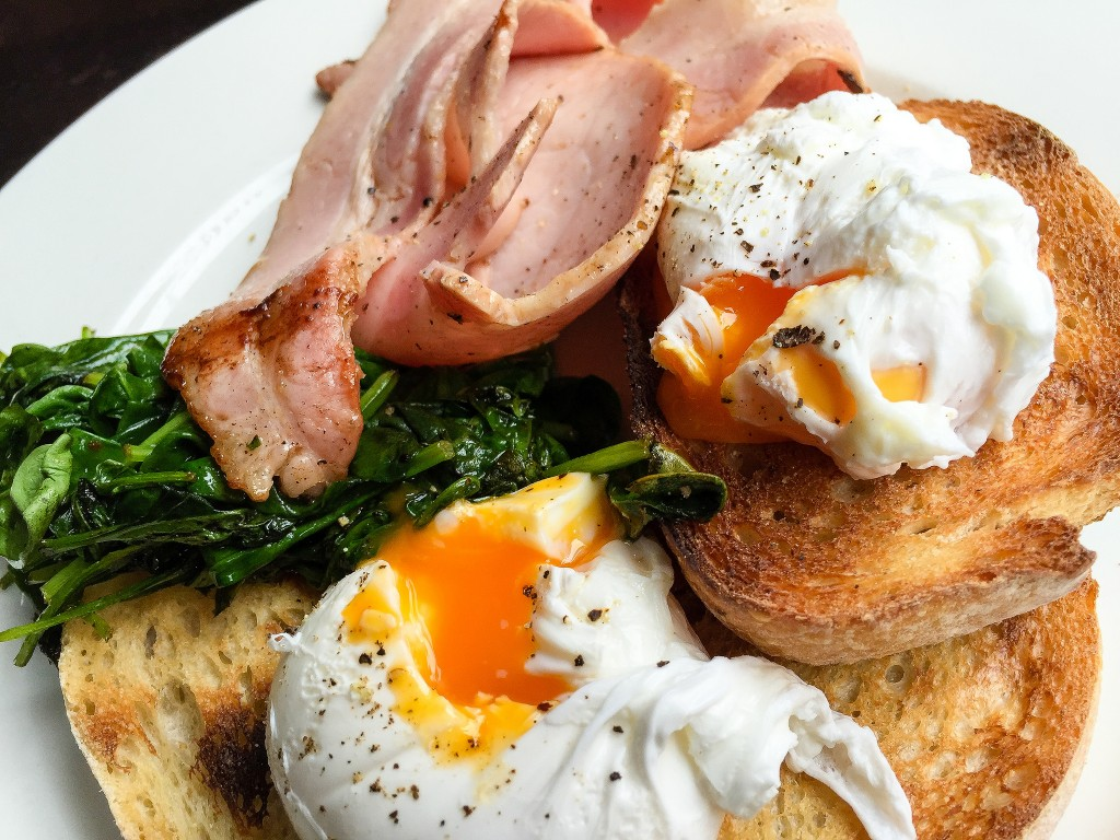 Poached eggs on toast with bacon and spinach at The Italian Chef in South Yarra | © Katherine Lim/Flickr