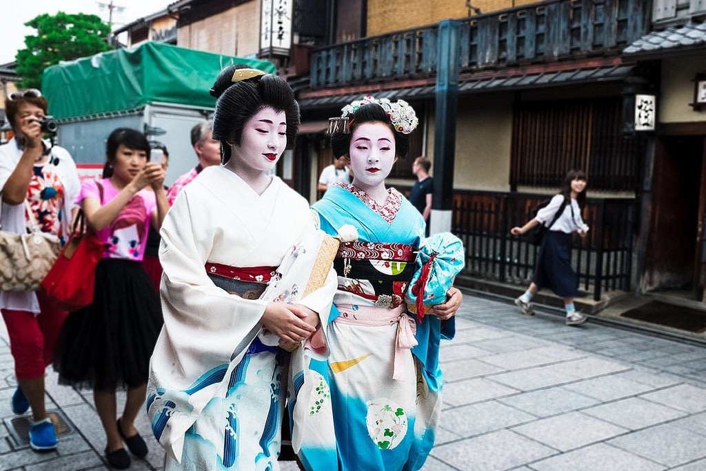 Two maiko remain poised as they are hounded by photographers | © Sonny Abesamis/Flickr