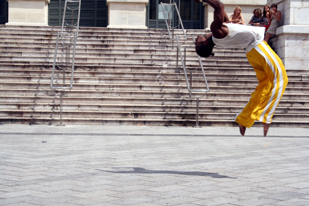 A capoeirista practices the acrobatic jumps in capoeira |© Joeri Cornille/Flickr