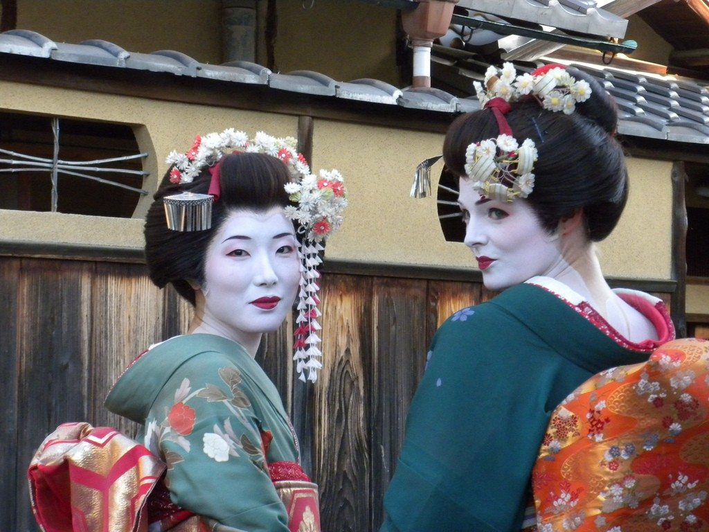 These women have paid to be made up like maiko and wander the streets | © np&djjewell/Flickr