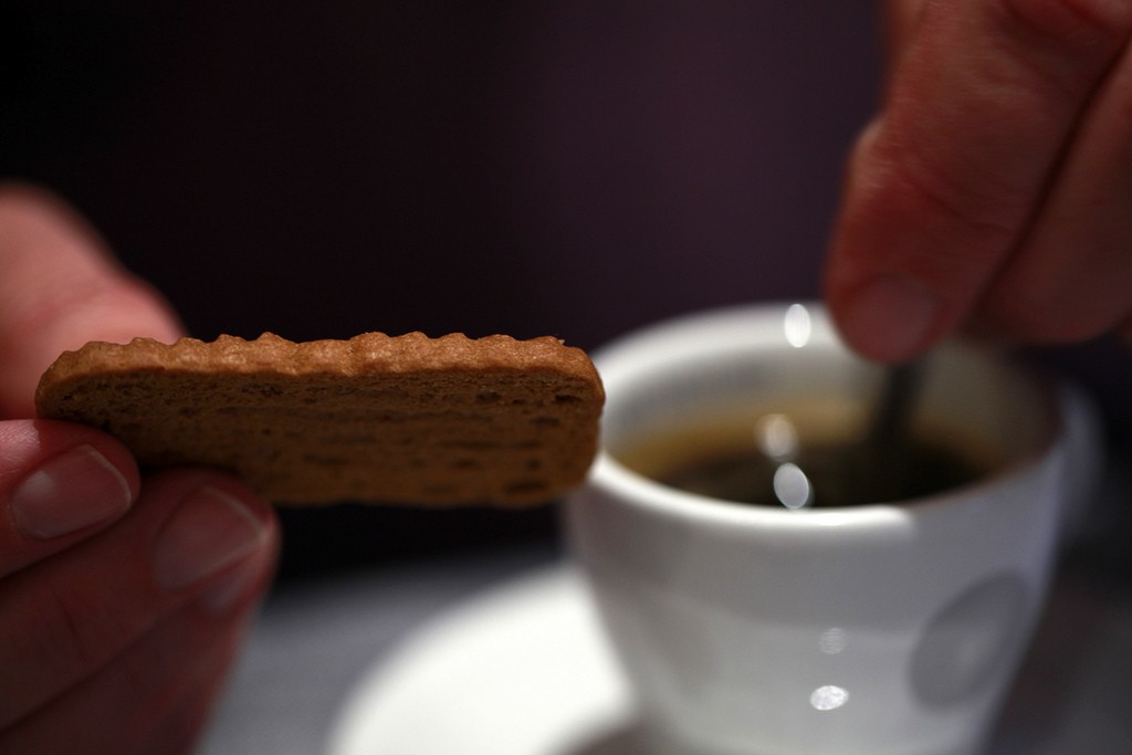 "Another widely beloved way to eat your speculoos cookies: dunk them in a piping hot cup of joe or cocoa | © <a href=""https://www.flickr.com/photos/jenny-pics/5194389430/in/photolist-8V1B1s-nQokx8-nybYMC-nNCTpJ-nybMtJ-nycAAP-fSYy2J-8T1B3Z-fT12Te-3dhTUD-7qsz8F-aVNGca-aAahFP-aRjYP8-9vSSAA-9vPQbT-7dnd3Y-fSYxgq-fSYxDP-fSZBhU-pcXk18-7at3Np-5EXcMv-8T1BBP-8T4GeW-hNFhEL-8T4GHh-8T1Bsn-pcXkLg-aVLVma-8T4Gno-8ucopM-FE1Gpi-74KTi-8T1Bi6-8T4Gtu-8T1AzZ-8T1Bpp-8T1ATe-8T1B1c-8T1Bw6-8T1ADt-tUuPA-bqJgYH-bqJiF6-bqJhRa-bqJJJF-KumPUa-8T1AHc-8T1AXn"" target=""_blank"">Jenny Downing/Flickr</a>"