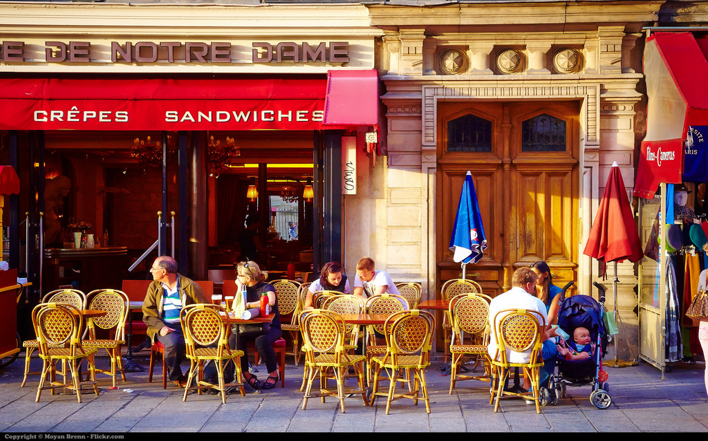 Café on Île de la Cité © Moyan Brenn/Flickr