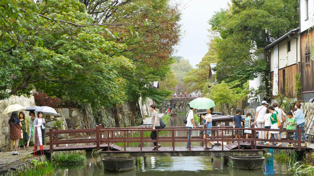 Visitors cross a bridge over the water | © go.biwako/Flickr
