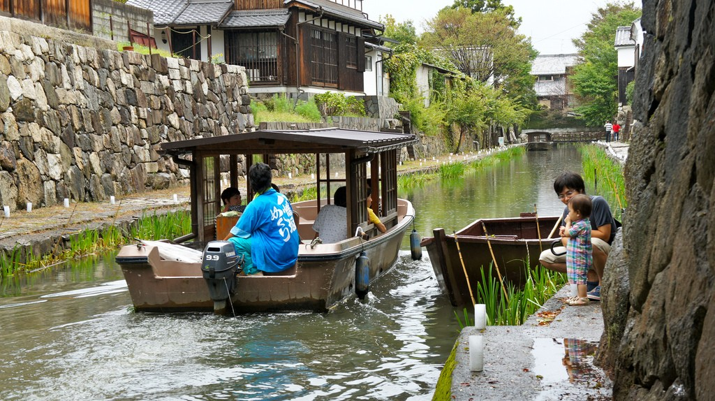 Boarding a traditional boat | © go.biwako/Flickr