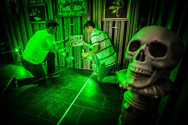 Players manipulating puzzle items in an escape room| © Katryniensis /WikiCommons