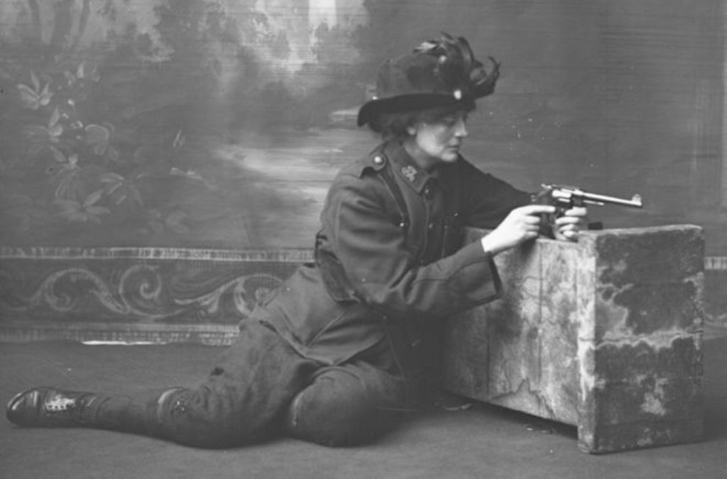 Countess Markievicz in uniform with a gun, c.1915 | ©National Library of Ireland on The Commons/Flickr
