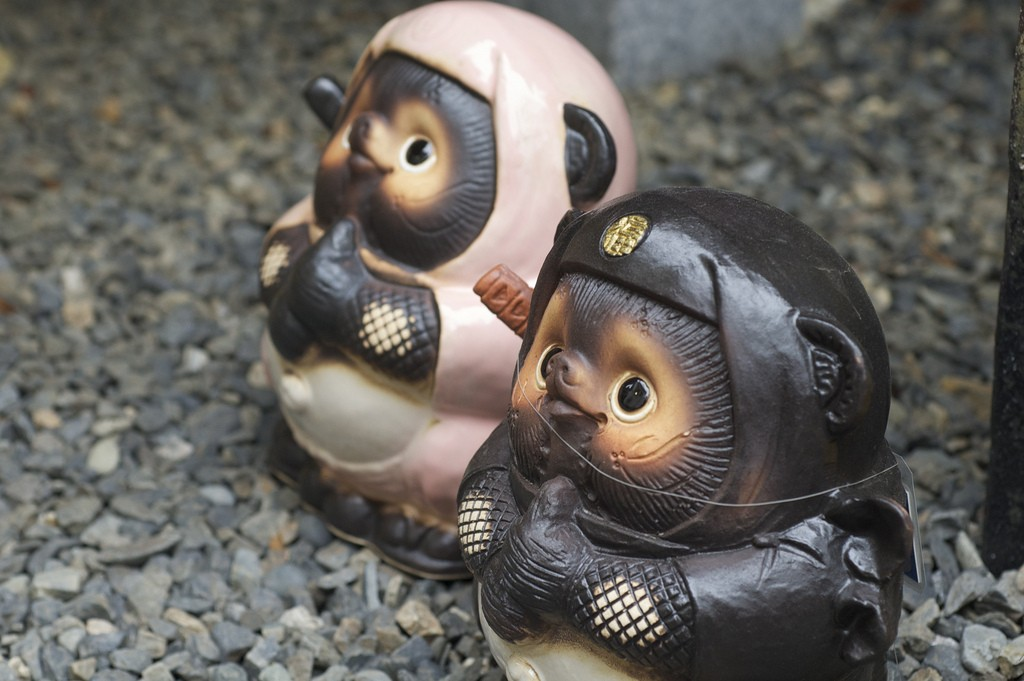 Tanuki dressed as ninja greet passersby | © rumpleteaser/Flickr