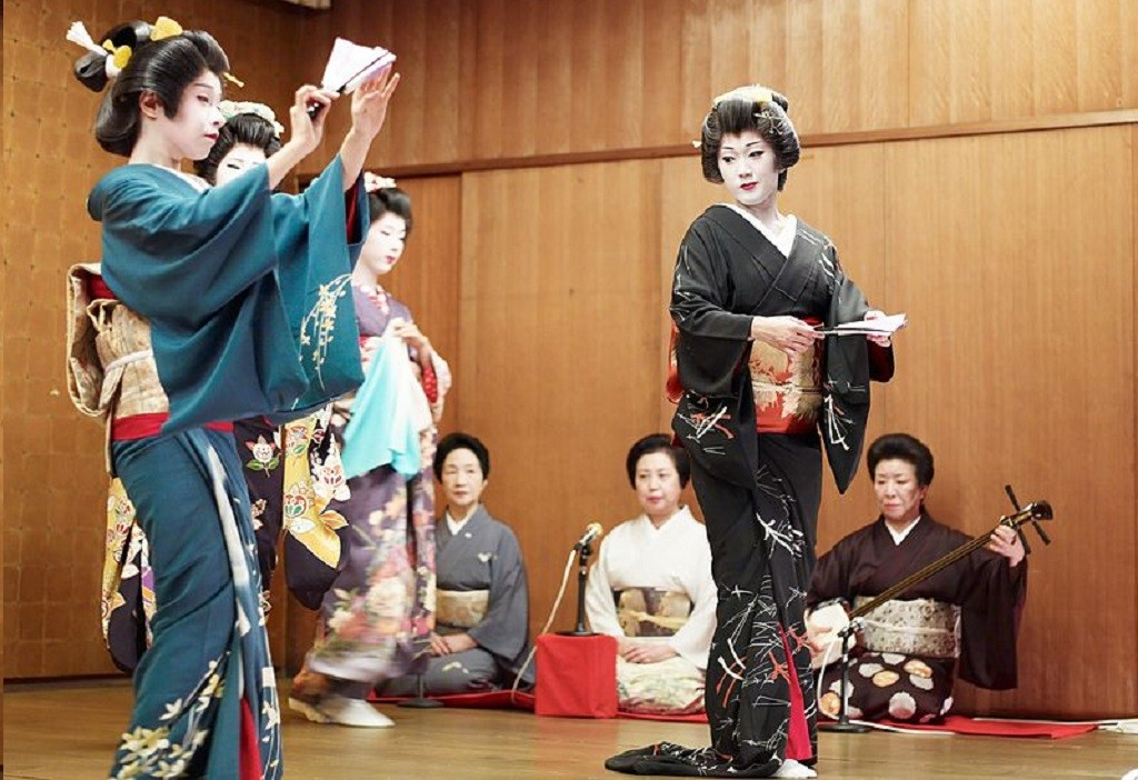Geisha perform a dance with shamisen players in the back | © Joi Ito/WikiCommons
