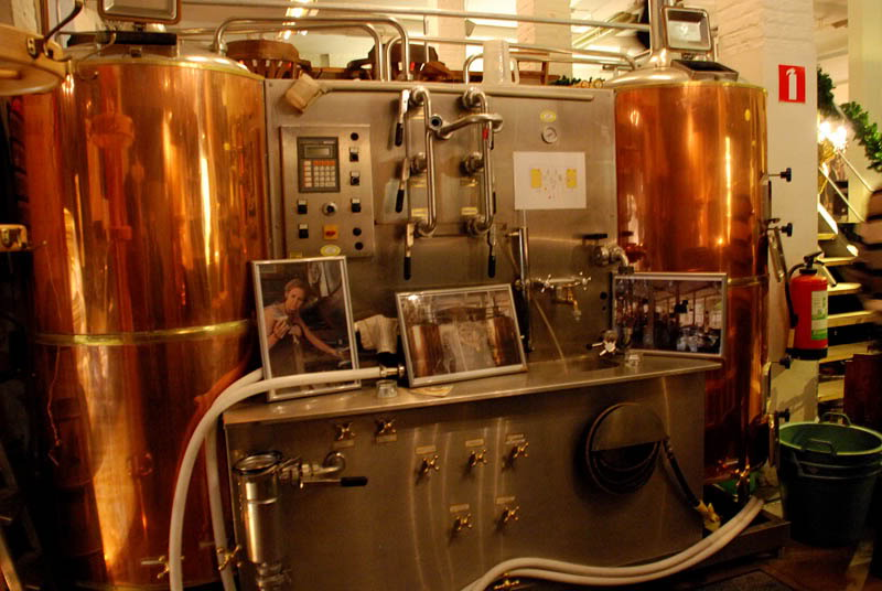 A part of the Gruut brewery installation, smack dab in the middle of its bar and eatery | © Dirk van Esbroeck/Wikimedia Commons