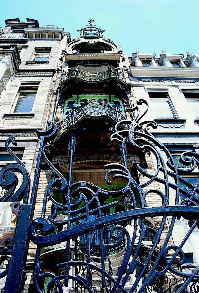 Maison Saint-Cyr with its extravagant gate and balconies is Gustave Strauven's pièce de résistance | © visitbrussels.be