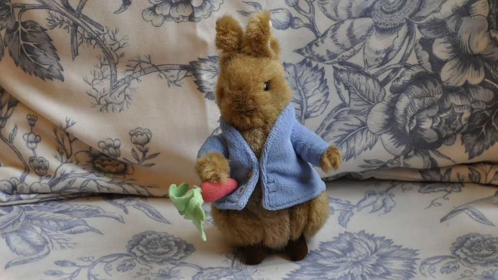 Peter Rabbit plushie awaits diners at the Garden Cafe | © Paul Hermans/WikiCommons