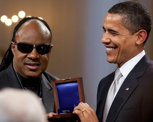 Barack Obama presents Wonder with the Gershwin Prize in 2009 | © Pete Souza/Public Domain