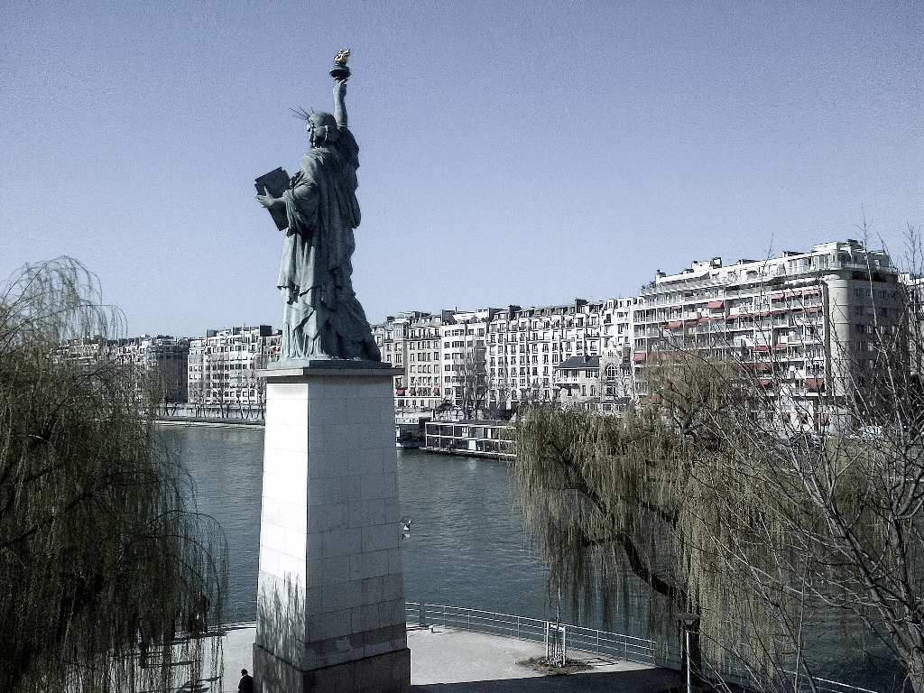 Statue of Liberty from the Pont de Grenelle © Sam Nabi/Flickr