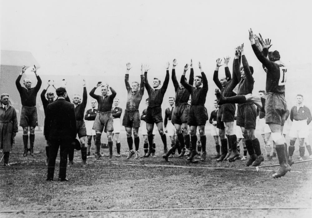 Australian Rugby League (Kangaroos) Team of 1929-30 giving their war-cry   © Unknown / WikiCommons