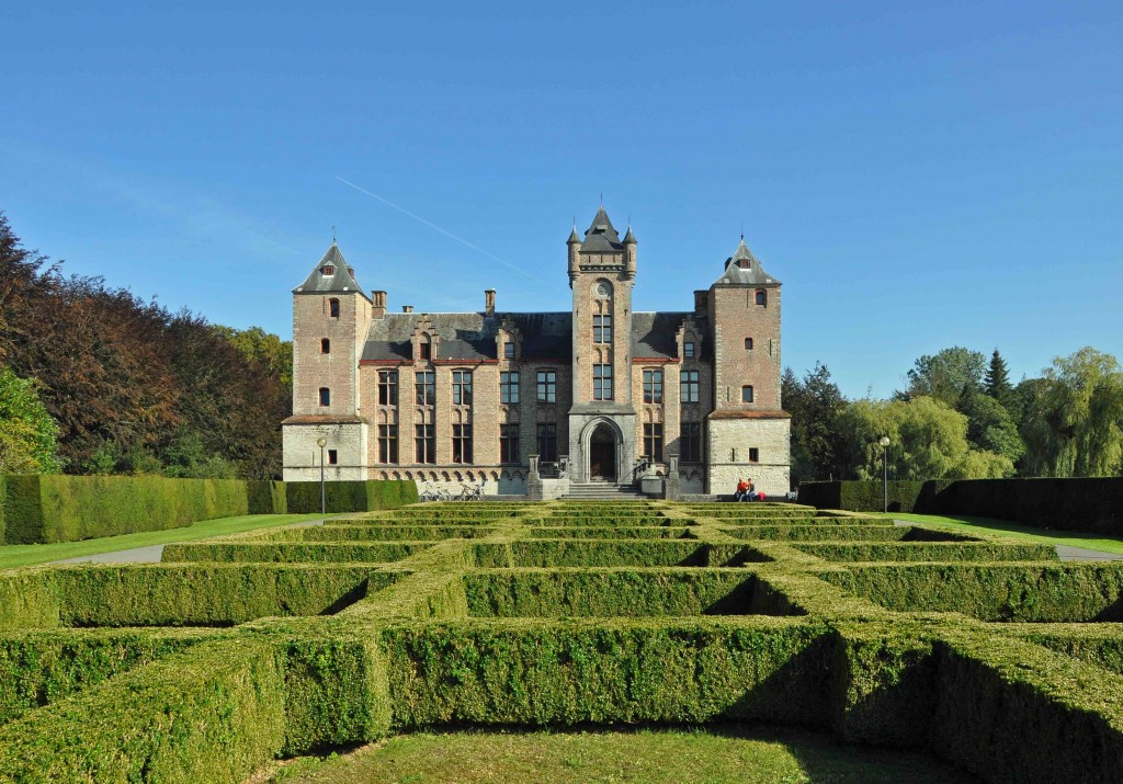 "Tillegem castle and its surrounding forests | © <a href=""https://commons.wikimedia.org/wiki/File:Tillegem_Kasteel_R03.jpg"" target=""_blank"">Marc Ryckaert/Wikimedia Commons</a>"