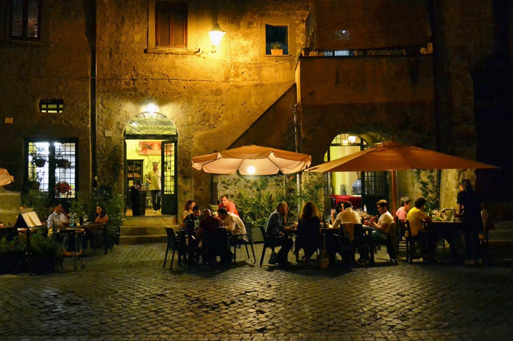 Dining al fresco in Viterbo   © Livia Hengel