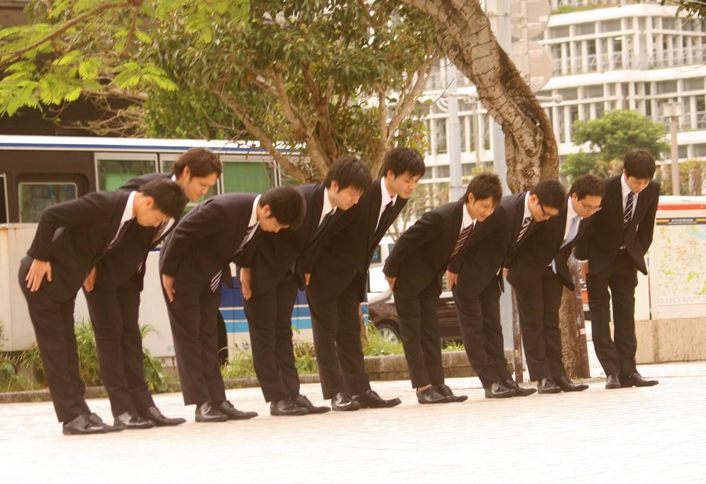 Japanese businessmen bowing | © Akuppa John Wigham/Flickr