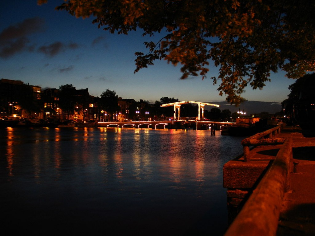De Magere Brug is exceptionally romantic at night | © Henkgron / WikiCommons