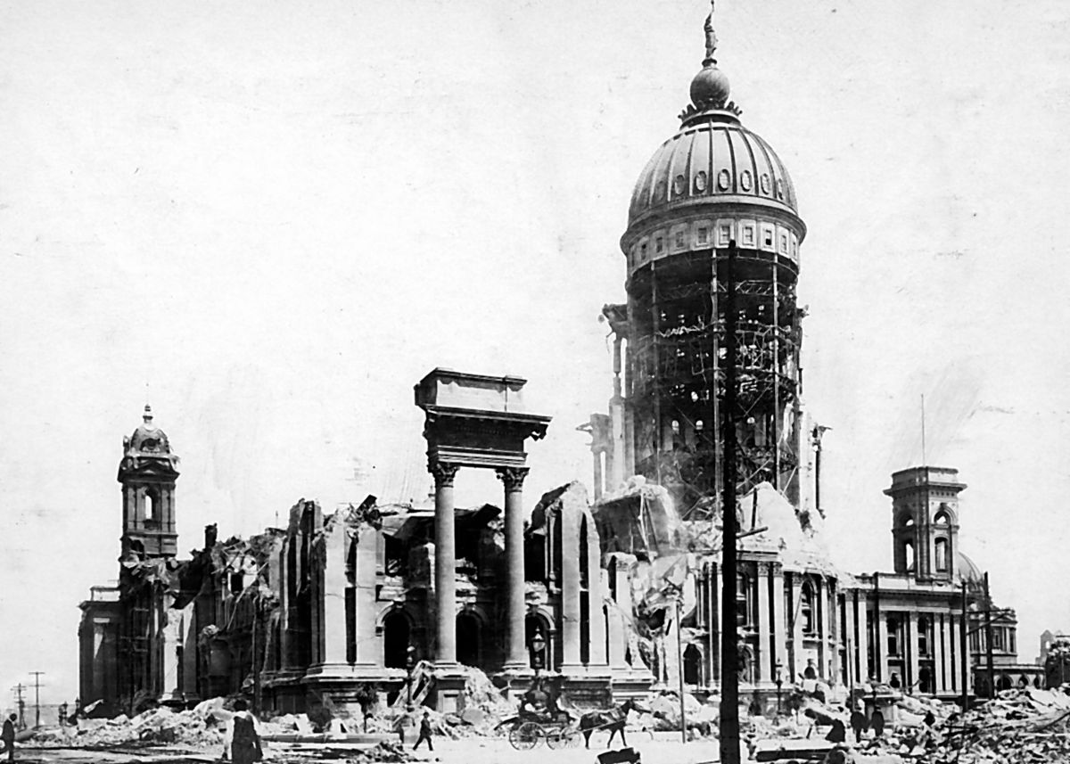 City Hall after the 1906 earthquake © Walter Curran Mendenhall/Wikipedia