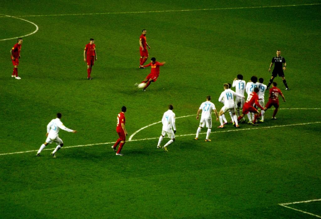 Suárez taking a free kick | © LovelyLeftFoot / Flickr