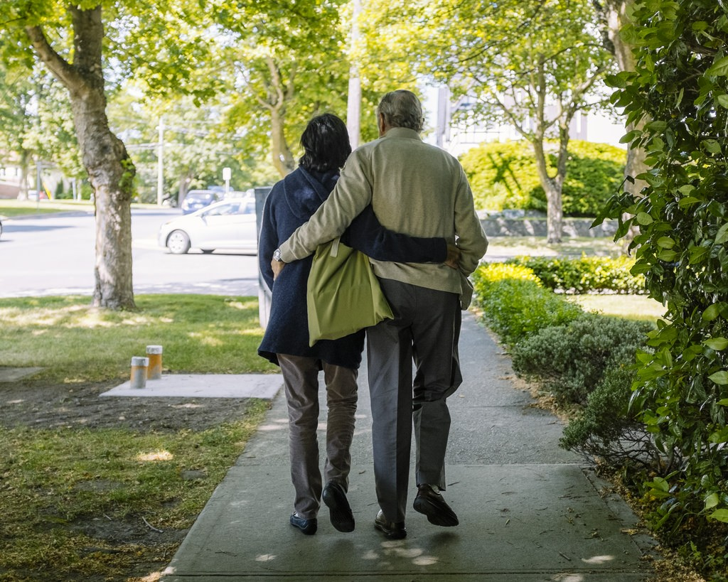 An elderly couple take a stroll   © Hugo Chisholm/Flickr