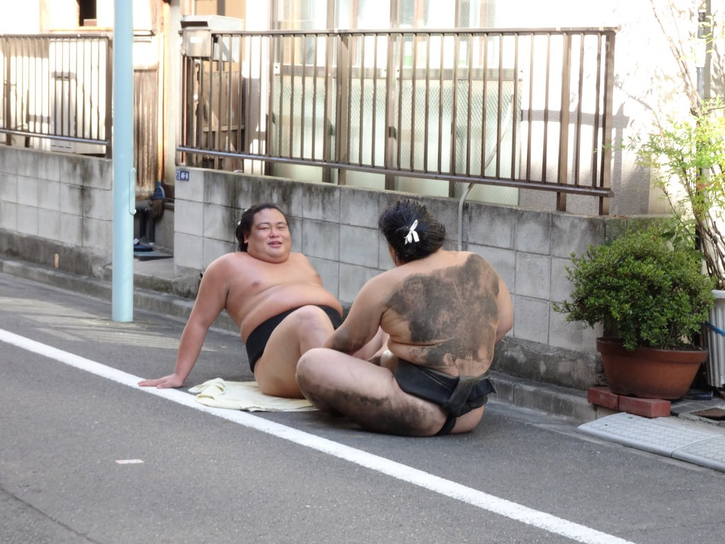 Wrestlers from Arashio Sumo Training Stable (Heya) doing situps in the street | © amanderson2/Flickr
