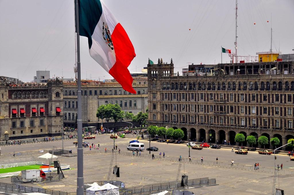 Flag of the zócalo   © pegatina1/Flickr