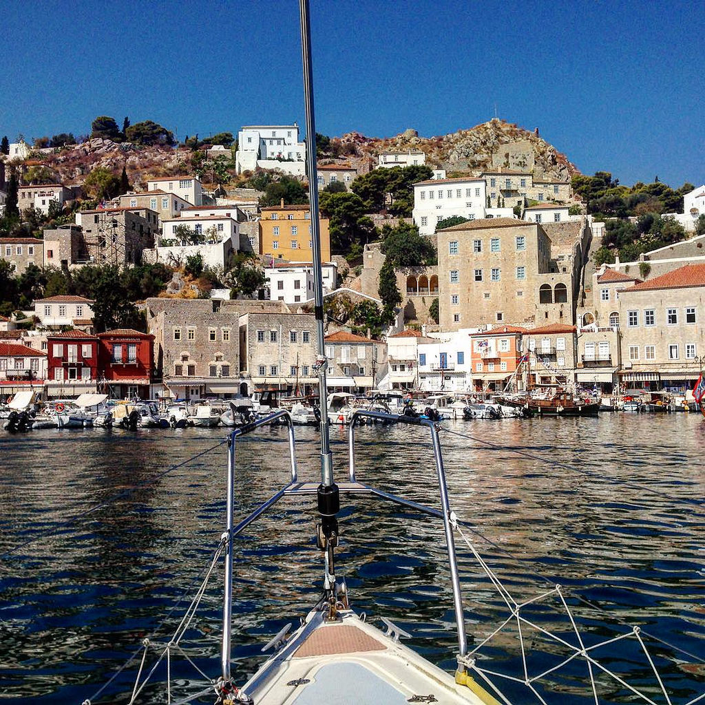 Sailing into Hydra's harbor   © Anametheus/Flickr