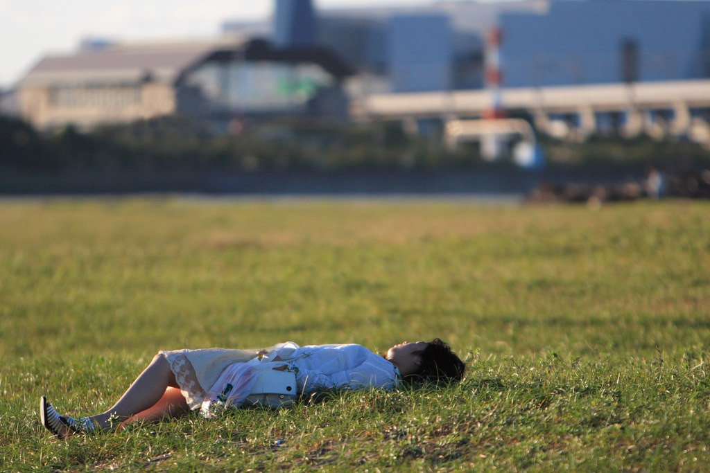 Taking a nap on the grass at sunset | © mrhayata/Flickr
