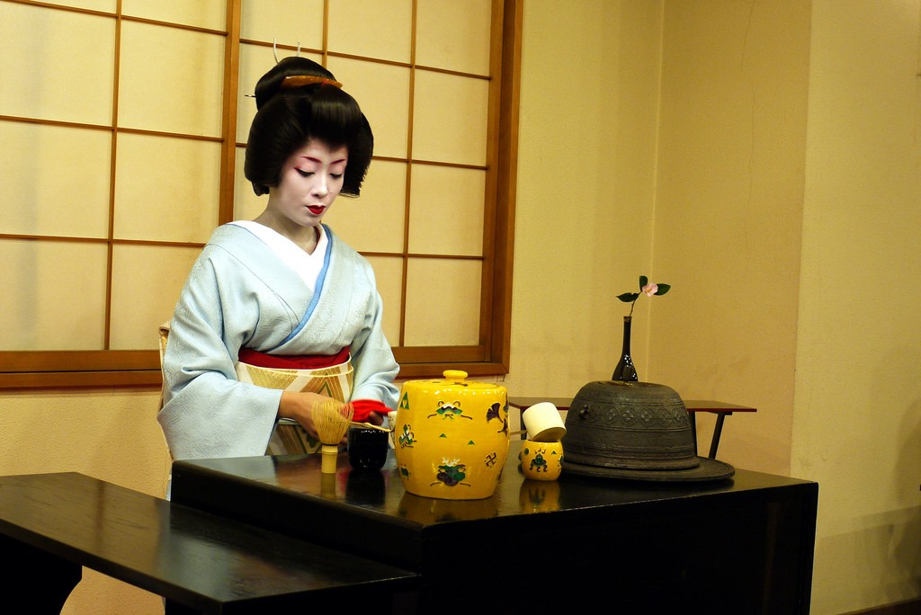A maiko prepares for a formal tea ceremony | © Jody McIntyre/Flickr