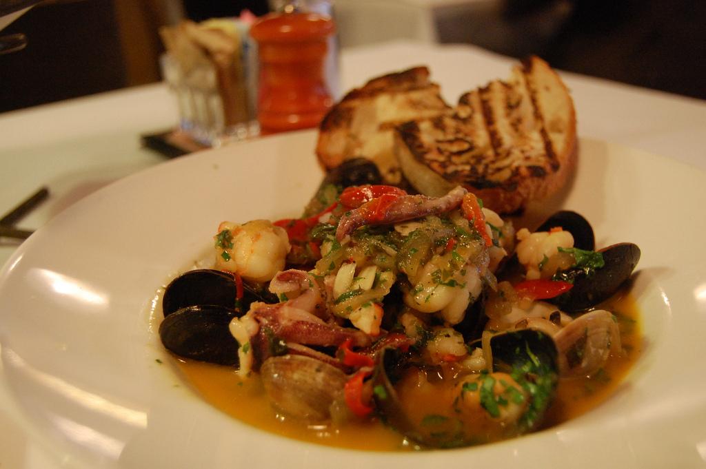 Seafood medley |© stu_spivack/Flickr