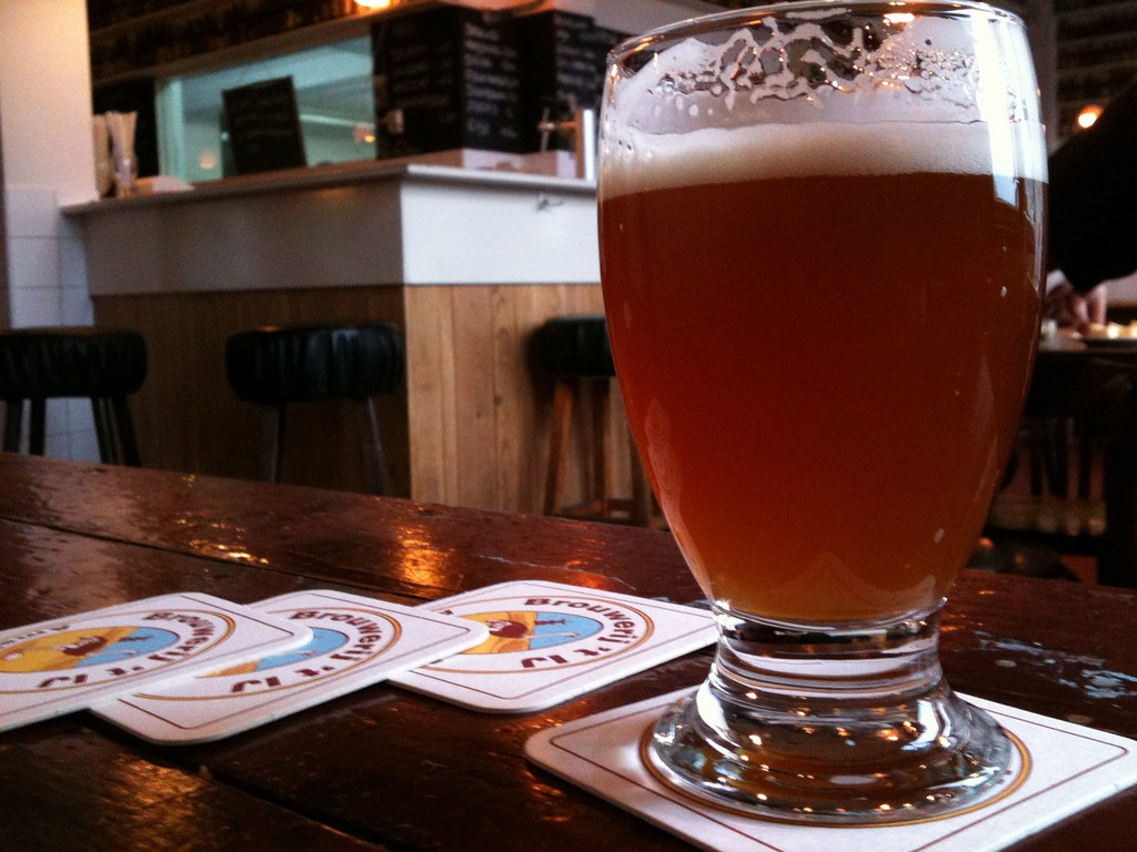 Tomaz has Brouwerij 't Ij beer on tap | © Naiserie / Flickr
