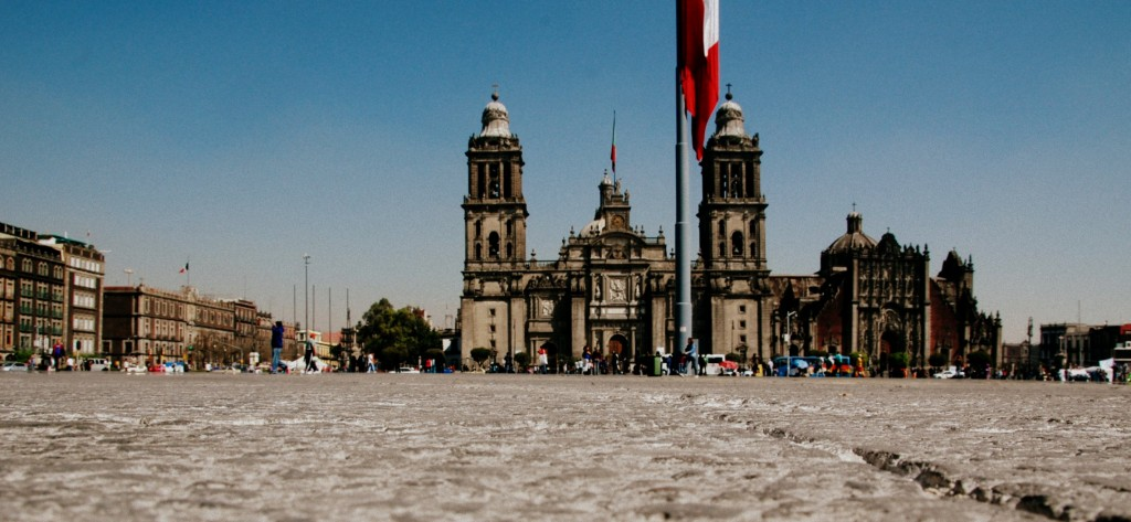 Zócalo with a view of the cathedral   © LWYang/Flickr