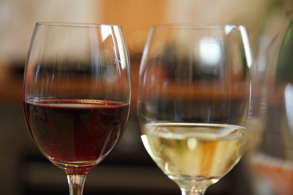 Red and white wine |© Ralf Smallkaa/Flickr