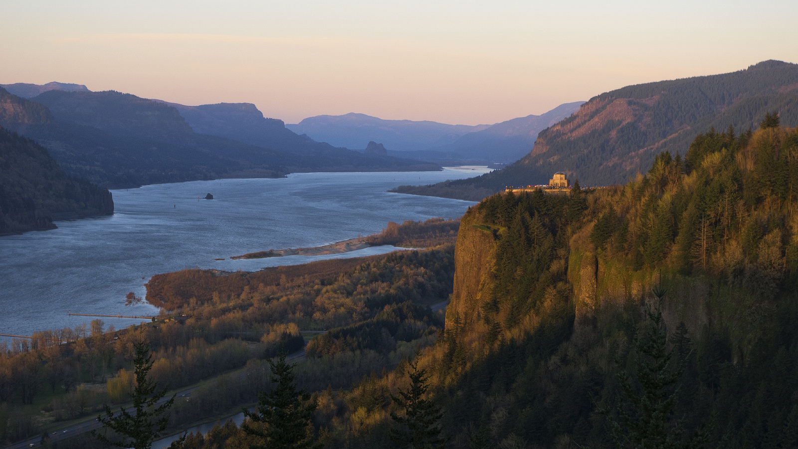 Columbia River Gorge with Vista House | © Thomas Shahan/Flickr