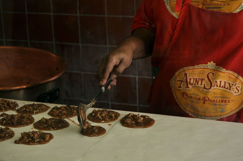 Preparing pralines at Aunt Sally | © Ludovic Bertron/WikiCommons