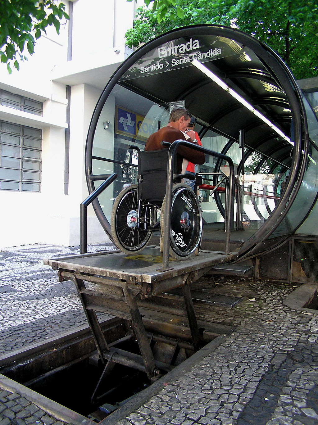 Disability access to the bus stops |© Morio/WikiCommons
